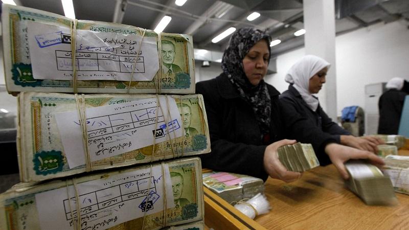 Po letech propadu syrská měna mírně posiluje